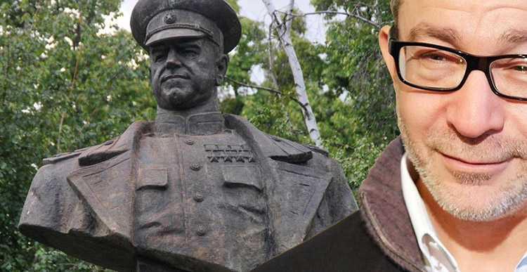 Харьковские власти восстановили бюст маршалу Жукову на место