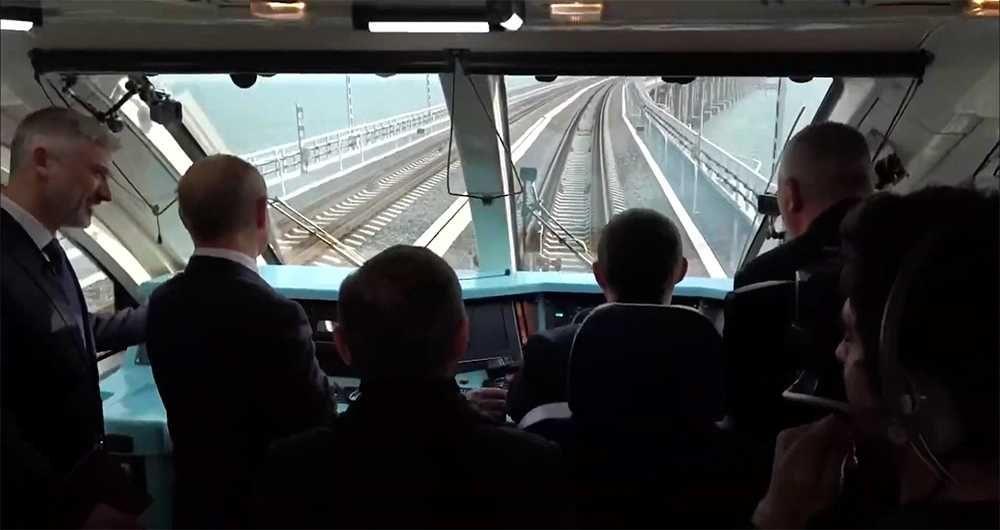 Президент России в кабине поезда едет по ж/д мосту через Керченский пролив