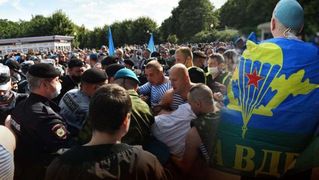 Десантники и росгвардейцы подрались в Москве . Опубликовано видео.