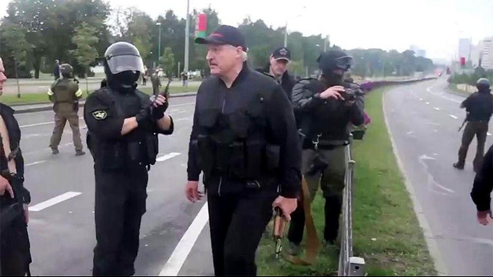 Лукашенко с оружием возле Дворца Независимости