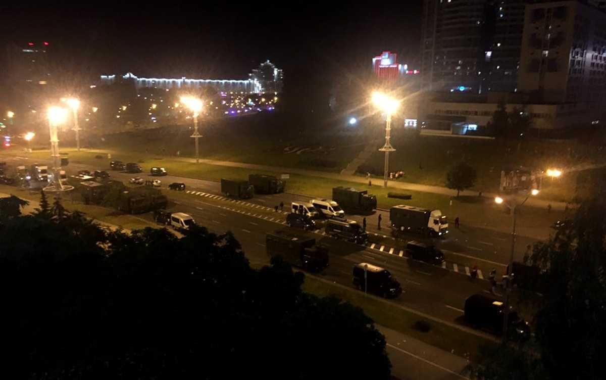 В центре Минска высадили около 20 грузовиков с военными