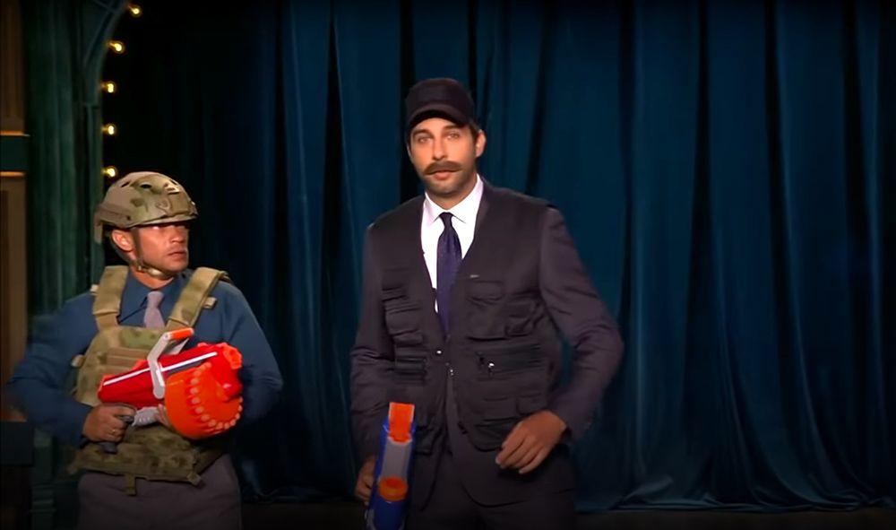 Ургант показал пародию на Лукашенко в бронежилете с автоматом