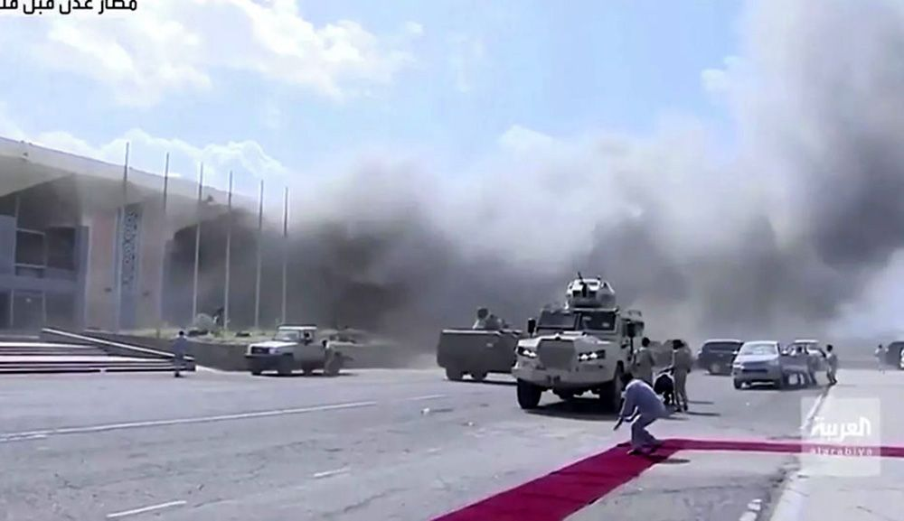 Сильнейший взрыв прогремел в аэропорту Адена в момент прибытия нового правительства. ВИДЕО