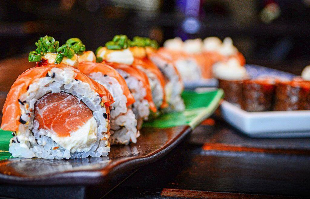Выгодные акции на суши и роллы в Омске